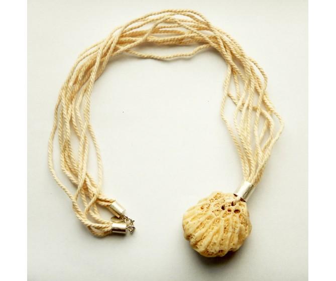 Naszyjnik z białym koralem